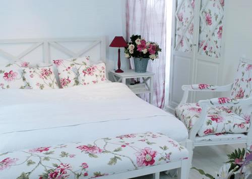 bình hoa tươi trong phòng ngủ