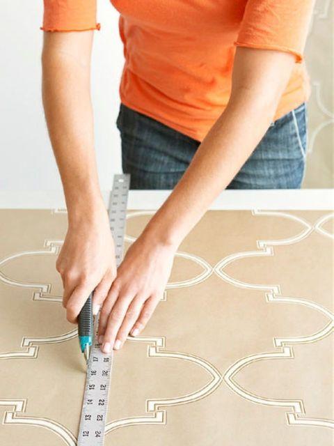 đo đạc cắt giấy dán tường
