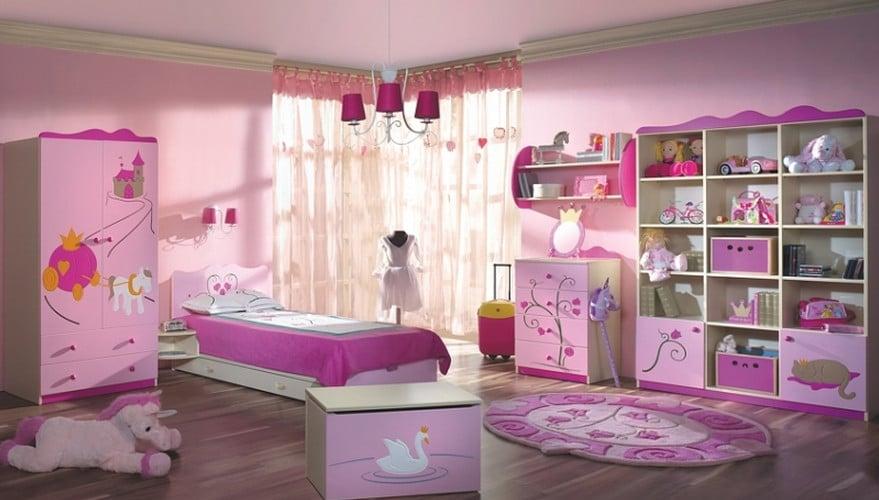 Mẫu phòng ngủ màu tím nhạt với rất nhiều đồ chơi
